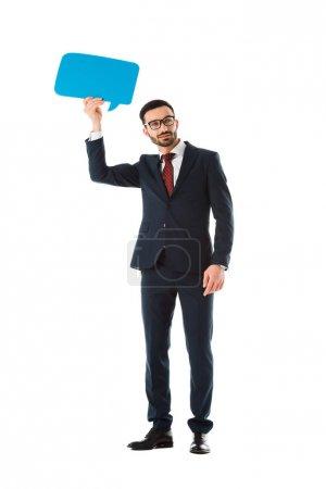 Photo pour Homme d'affaires de sourire dans la bulle noire de discours de maintien de costume au-dessus de la tête d'isolement sur le blanc - image libre de droit