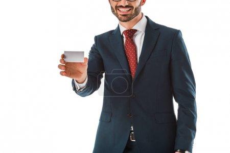 Photo pour Vue partielle de l'homme d'affaires de sourire retenant la carte de visite vide d'isolement sur le blanc - image libre de droit