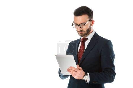 Photo pour Homme d'affaires concentré utilisant la tablette numérique d'isolement sur le blanc - image libre de droit