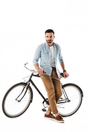 Photo pour Homme barbu séreux avec vélo regardant caméra isolée sur blanc - image libre de droit