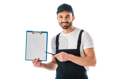 Photo pour Bel homme de livraison de sourire pointant avec le stylo au presse-papiers avec le papier blanc d'isolement sur le blanc - image libre de droit