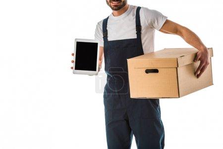 Photo pour Vue partielle du livreur avec la boîte de carton retenant la tablette numérique avec l'écran blanc d'isolement sur le blanc - image libre de droit