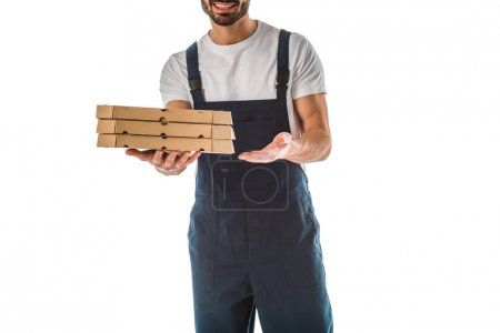 Photo pour Vue partielle du livreur souriant tenant des boîtes à pizza isolées sur blanc - image libre de droit