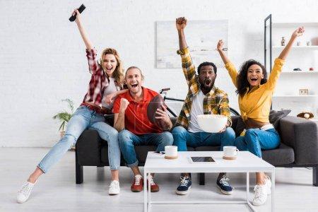 Photo pour Amis multiculturels heureux observant le match de sport et ayant l'amusement ensemble - image libre de droit