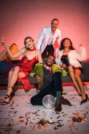 Photo pour Amis multiculturels heureux avec des glaces de champagne souriant dans la boîte de nuit - image libre de droit