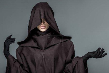 Photo pour Vue avant de la femme dans le costume de mort gesticulant isolé sur le gris - image libre de droit