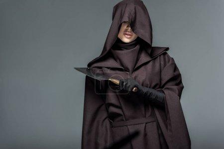 Photo pour Femme en costume de mort tenant cliveur isolé sur gris - image libre de droit