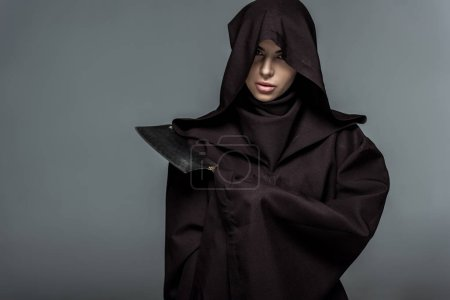 Photo pour Woman in death costume holding cleaver isolated on grey - image libre de droit