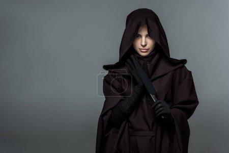 Photo pour Femme en costume de mort tenant couteau isolé sur gris - image libre de droit
