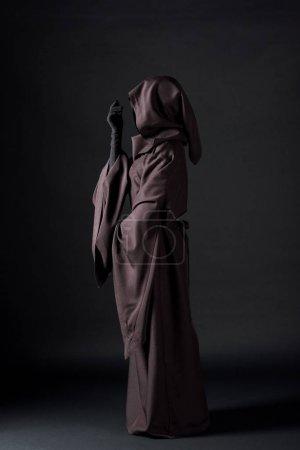 Photo pour Vue latérale de la femme dans le costume de mort sur le noir - image libre de droit