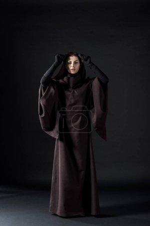 Photo pour Pleine longueur vue de la femme en costume de mort sur noir - image libre de droit