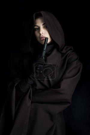 Photo pour Belle femme en costume de mort tenant pistolet isolé sur noir - image libre de droit