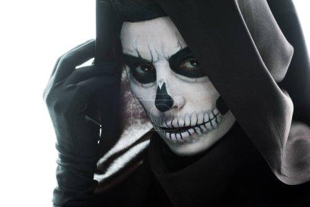 Photo pour Femme avec maquillage crânien regardant la caméra isolée sur blanc - image libre de droit