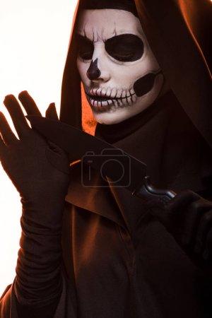 Photo pour Femme avec crâne maquillage tenant couteau isolé sur blanc - image libre de droit