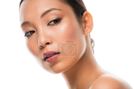 schöne junge asiatische Frau mit perfekter Haut, isoliert auf weiß