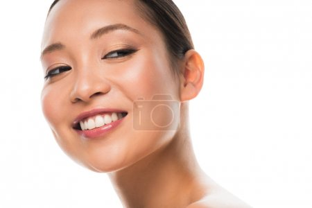 Photo pour Fille asiatique nue heureuse avec le visage propre, d'isolement sur le blanc - image libre de droit