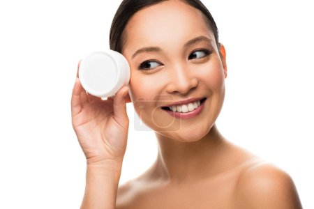 Photo pour Crème heureuse de visage asiatique de femme d'asie, d'isolement sur le blanc - image libre de droit