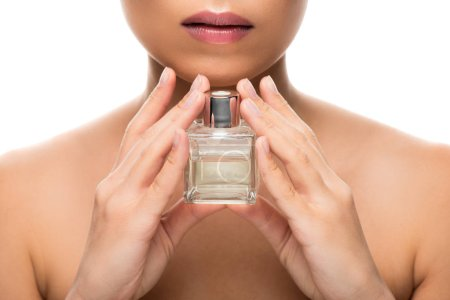 Photo pour Vue recadrée de la femme tendre avec les yeux fermés retenant la bouteille de parfum, d'isolement sur le blanc - image libre de droit