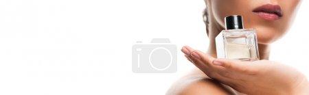 Photo pour Vue recadrée de la bouteille de parfum de fixation de femme, d'isolement sur le blanc - image libre de droit