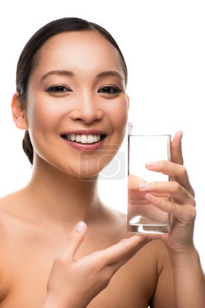 Photo pour Jolie femme souriante avec verre d'eau, isolée sur blanc - image libre de droit