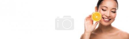 Photo pour Femme asiatique de sourire retenant l'orange, d'isolement sur le blanc - image libre de droit