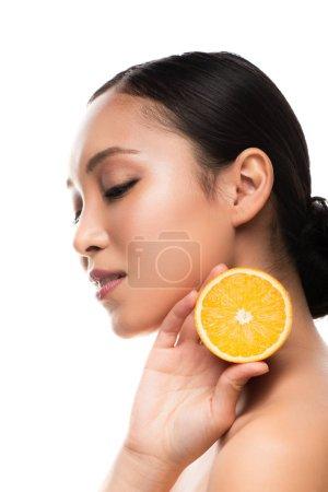 Photo pour Belle fille asiatique retenant l'orange, d'isolement sur le blanc - image libre de droit