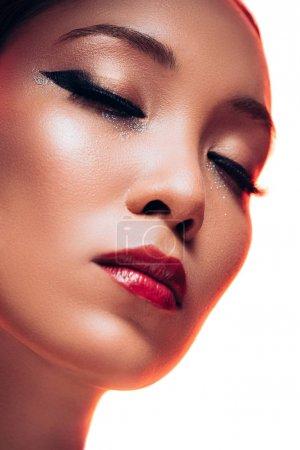 atractivo asiático chica con maquillaje en cerrado ojos, aislado en blanco