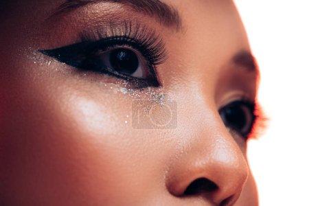 Photo pour Fermez-vous vers le haut de la fille asiatique avec le beau maquillage, d'isolement sur le blanc - image libre de droit