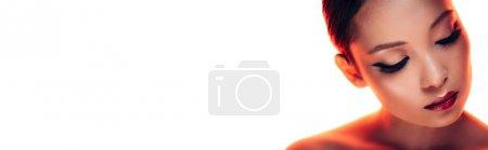Photo pour Femme asiatique attirante dans la lumière rouge, d'isolement sur le blanc - image libre de droit