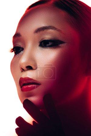 Foto de Chica asiática atractiva en guantes negros con maquillaje, aislado en blanco - Imagen libre de derechos