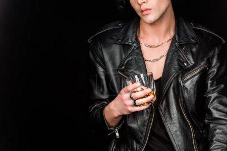 Foto de Vista recortada del hombre sosteniendo vidrio de whisky aislado en negro - Imagen libre de derechos