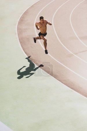 Photo pour Vue aérienne du sportif de course mixte fonctionnant au stade - image libre de droit