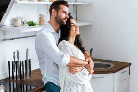 Photo pour Homme embrassant doucement femme heureuse à la maison - image libre de droit