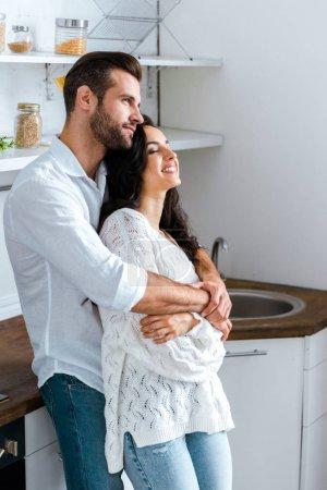Photo pour Homme rêveur embrassant doucement femme heureuse à la maison - image libre de droit