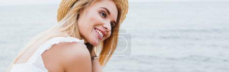 Photo pour Plan panoramique de jolie jeune femme souriant près de la mer - image libre de droit