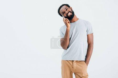 Photo pour Heureux homme afro-américain parlant sur smartphone, isolé sur gris - image libre de droit