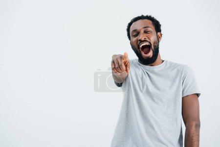 Photo pour Afro-américain riant et pointant isolé sur gris - image libre de droit
