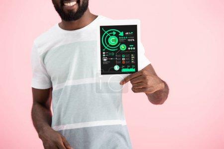 Photo pour Vue recadrée de souriant homme afro-américain montrant tablette numérique avec infographie, isolé sur rose - image libre de droit