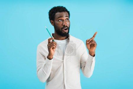 Photo pour Surpris homme afro-américain avec crayon ayant idée isolé sur bleu - image libre de droit