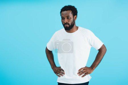 Photo pour Homme américain africain pensif dans le t-shirt blanc d'isolement sur le bleu - image libre de droit