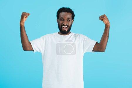 Photo pour Réussi beau homme afro-américain geste isolé sur bleu - image libre de droit
