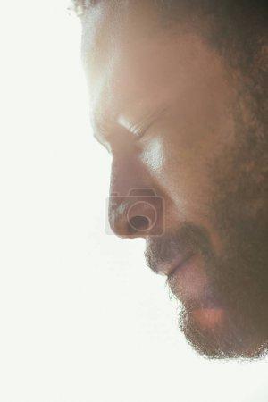 Photo pour Portrait de l'homme américain africain épuisé souffrant de la chaleur d'été avec les yeux fermés - image libre de droit