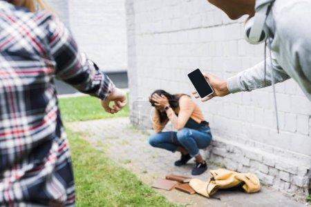 Foto de Vista parcial de niño afroamericano y adolescente apuntando con el dedo y disparando adolescente asustado - Imagen libre de derechos