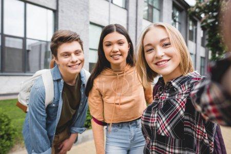Photo pour Adolescents heureux prenant le selfie, souriant et regardant l'appareil-photo - image libre de droit