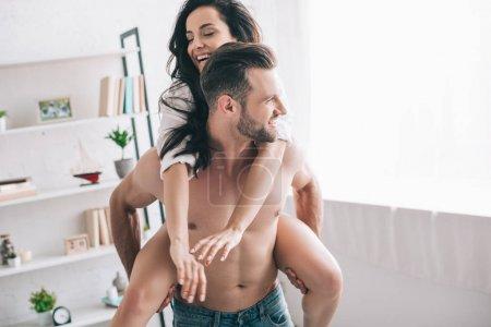 Photo pour Bel homme dans des jeans et la femme de sourire dans le jeu de chemise - image libre de droit