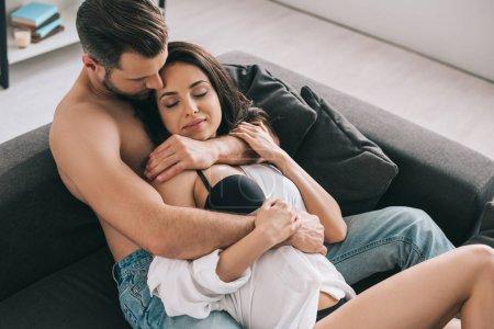 Foto de Hombre guapo y mujer sexy con los ojos cerrados en la camisa mentir y abrazar - Imagen libre de derechos