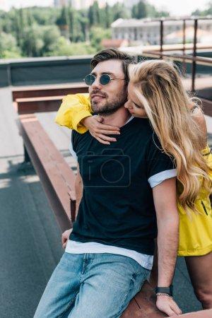 Photo pour Belle femme blonde embrassant et étreignant l'homme beau - image libre de droit