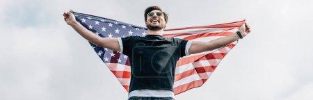 Foto de Foto panorámica del hombre en gafas con la bandera americana - Imagen libre de derechos