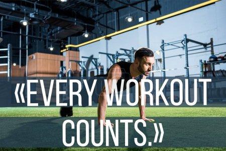 Photo pour Bel homme athlétique faisant des exercices de planche sur l'herbe avec chaque séance d'entraînement compte illustration - image libre de droit