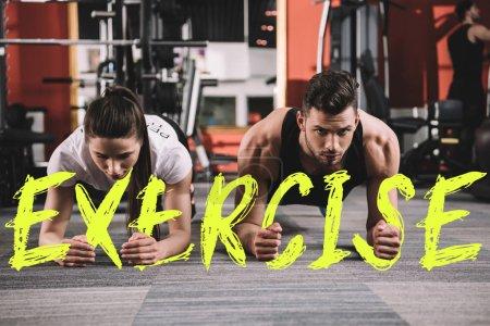 Photo pour Attrayant entraîneur et beau sportif faisant de l'exercice sur planches près d'une illustration avec inscription de l'exercice - image libre de droit
